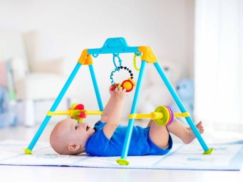 bayi belajar pegang